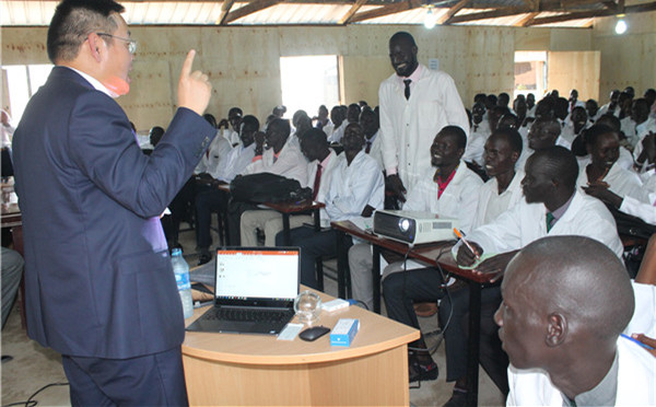 Chinese doctors offer training to South Sudan students on traditional medicine