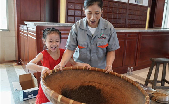 TCM producer in Zhangshu invites students to experience production of Chinese medicine
