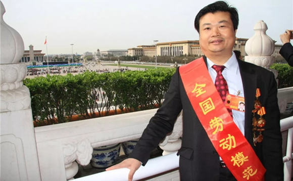 GPHL chairman Li Chuyun awarded souvenir badge for PRC's 70th founding anniversary