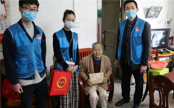 GPHL's young volunteers deliver free masks to the elderly